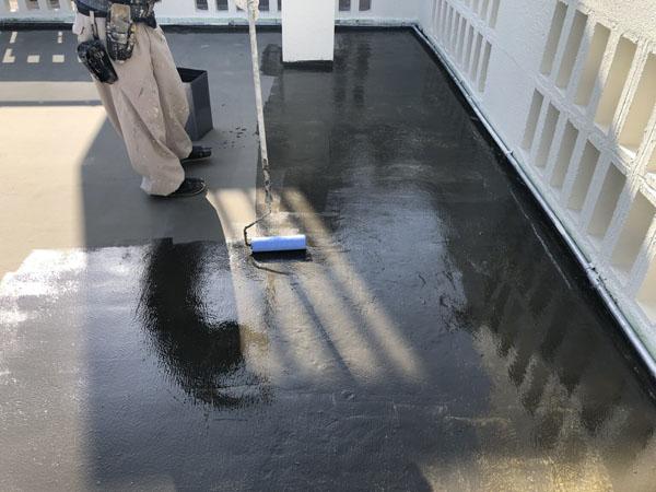 沖縄県宜野湾市M邸のプライマー接着剤下塗り。