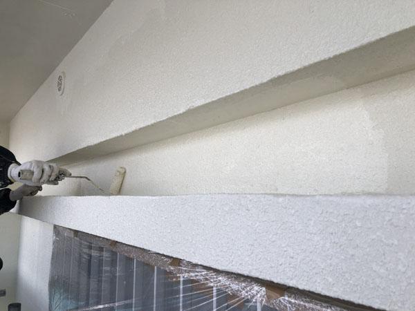 沖縄県宜野湾市M邸の外壁中塗り・だめこみ中。