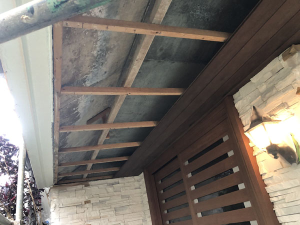 沖縄県宜野湾市M邸の玄関軒天、木板張替え。