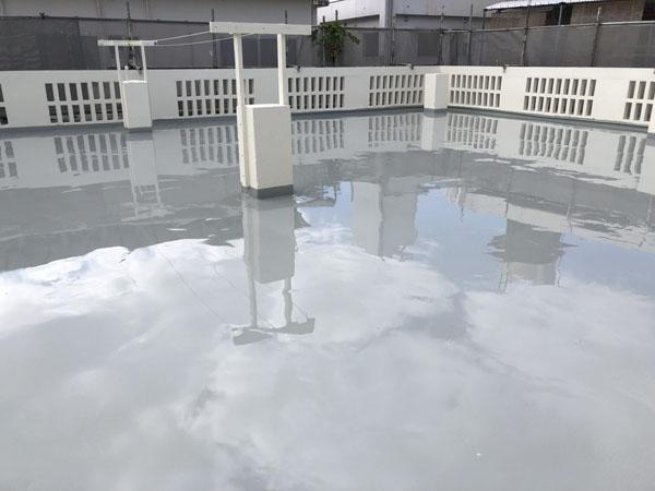 沖縄県宜野湾市M邸の屋上ウレタン塗膜防水2回目塗布。