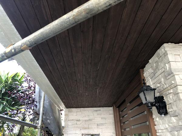 沖縄県宜野湾市M邸の玄関軒天木板張替え後、塗装仕上げ。