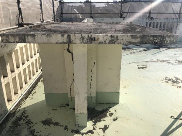 沖縄県宜野湾市M邸の屋上コンクリートタンク架台、ハツリ撤去