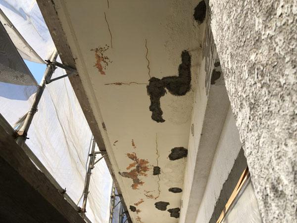 沖縄県宜野湾市S邸の軒裏コンクリート剥離部ハツリ後、軽量モルタル埋め戻し。