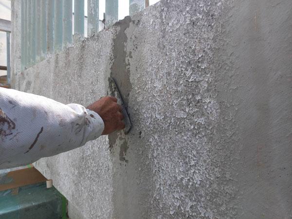 沖縄県宜野湾市S邸のひび割れカット部カチオンセメント左官仕上げ。