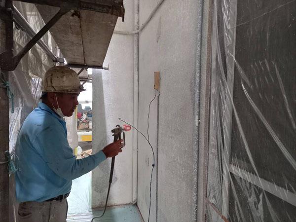 沖縄県宜野湾市S邸のシーラー接着剤下塗り吹付け。