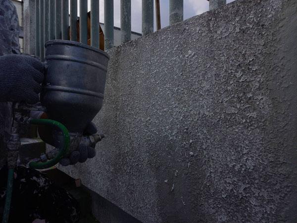 沖縄県宜野湾市S邸のラフトンタイル玉模様吹付け。