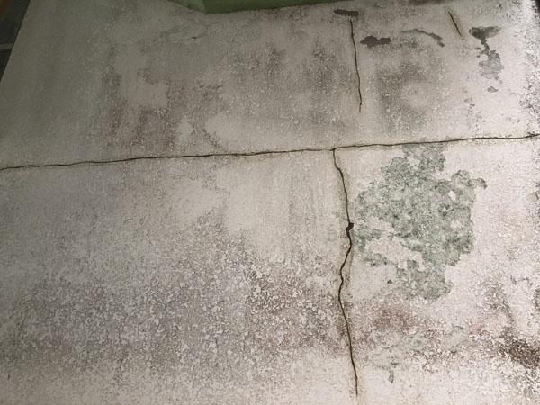沖縄県宜野湾市S邸の壁面ひび割れカット・プライマー接着剤塗布。