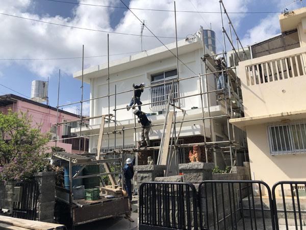 沖縄県那覇市G邸の足場組立工事。