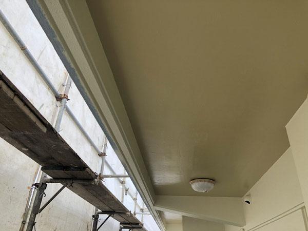 沖縄県那覇市K邸の軒裏塗装上塗り。