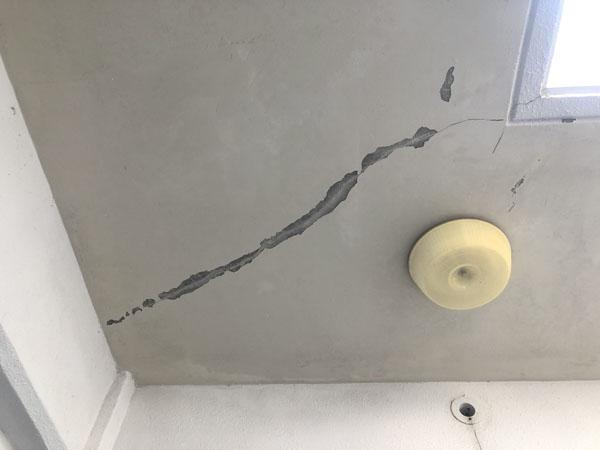 沖縄県那覇市T邸の壁面ひび割れカット
