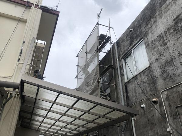 沖縄県那覇市T邸の屋上昇降足場組立。