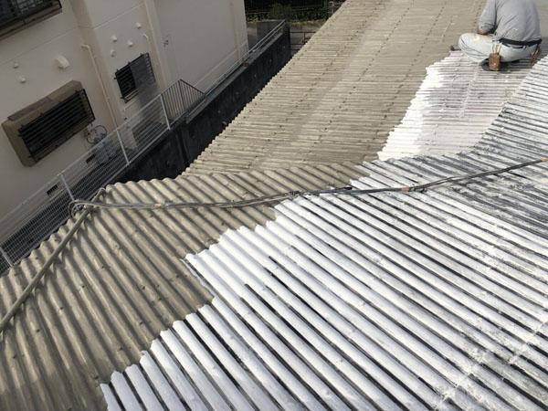 沖縄県那覇市T邸の下地調整材塗布中。