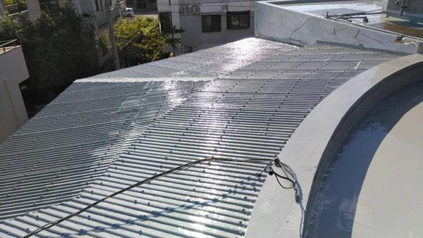 沖縄県那覇市T邸のウレタン塗膜防水1回目塗布。