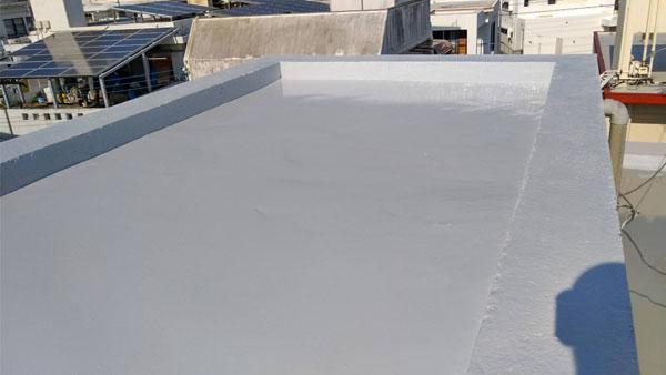 沖縄県那覇市T邸の屋上遮熱保護材仕上げ塗り完了。