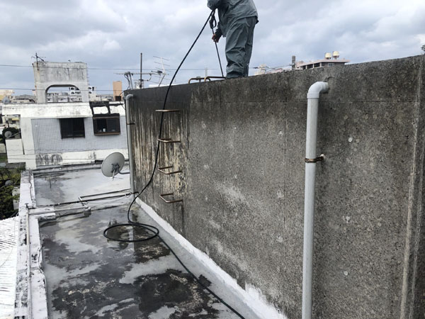 那覇市T邸の高圧水洗浄工事。