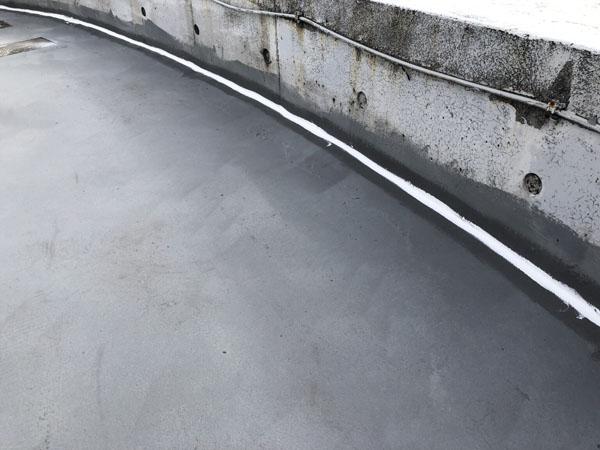 沖縄県那覇市T邸の屋上立上がり入隅コーキング充填。