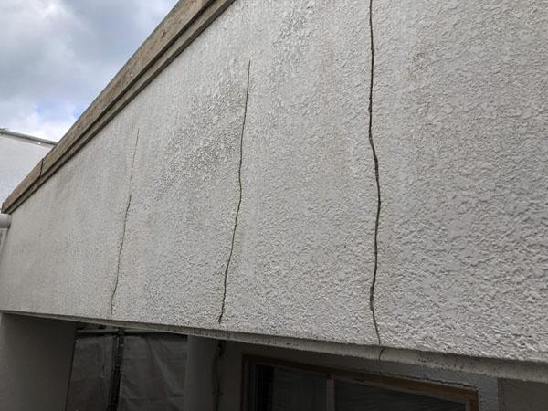 沖縄県浦添市H邸の壁面ひび割れカット・プライマー接着剤塗布。
