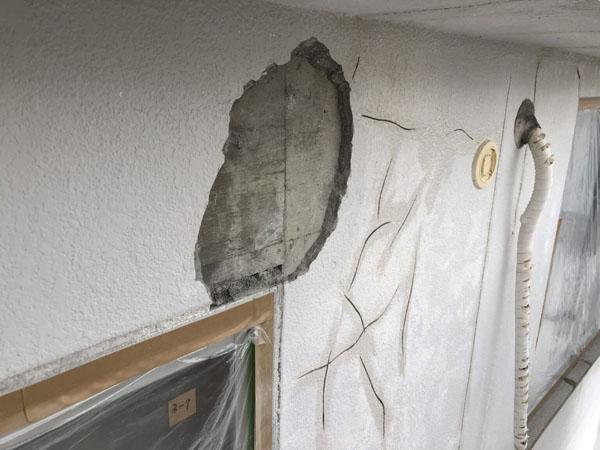 沖縄県浦添市H邸の壁面剥離部ハツリ。