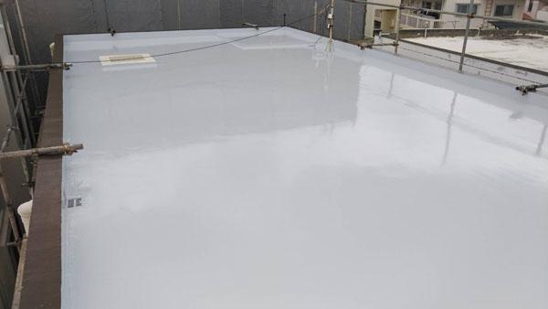 沖縄県浦添市H邸の屋上シリコン遮熱トップコート保護材仕上げ塗り完了。