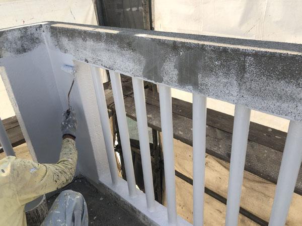 沖縄県宜野湾市S邸の手摺りパイプ塗装中。