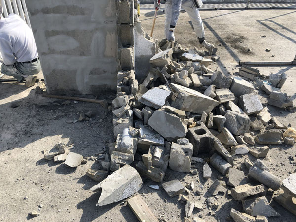 沖縄県宜野湾市S邸の屋上コンクリートタンク架台ハツリ解体。