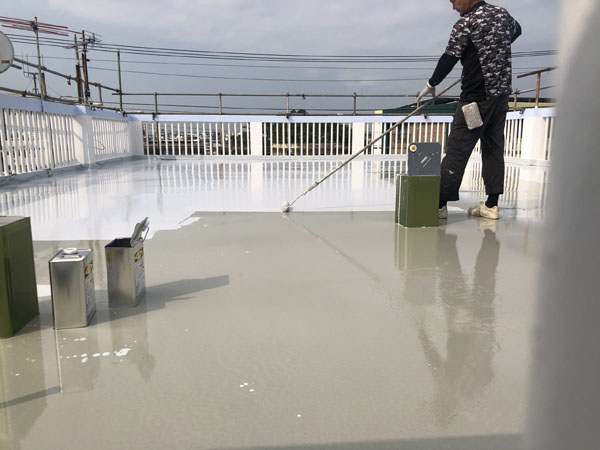 沖縄県宜野湾市S邸の屋上・ベランダ、ウレタン塗膜防水2回目塗布後、シシリコン遮熱トップコート塗布仕上げ。