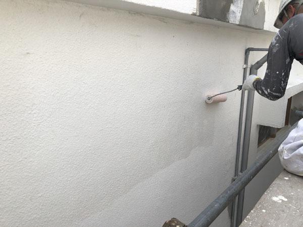 沖縄県那覇市G邸のシーラー接着剤下塗り。
