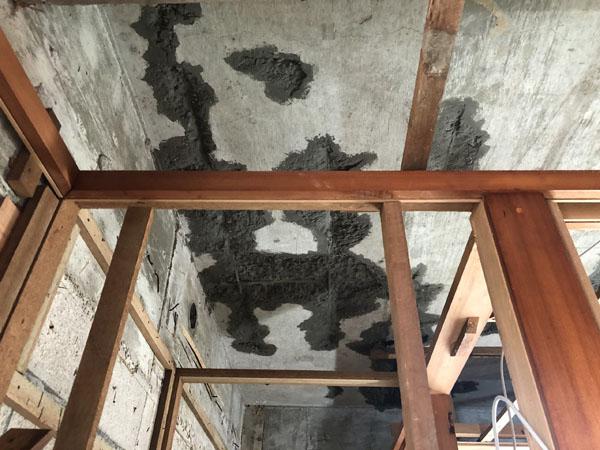 沖縄県那覇市G邸の天井裏コンクリートハツリ、鉄筋錆止め後、コンクリート強化材塗布。
