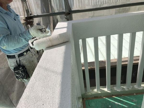 沖縄県那覇市G邸の外壁塗装中塗り。
