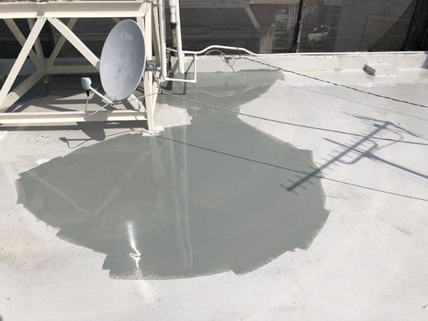 沖縄県那覇市G邸の屋上水溜まり調整。