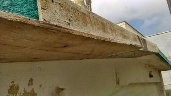 沖縄県那覇市I邸の鉄筋錆ケレン、錆止め塗布、コンクリート強化材塗布、仮枠組み。