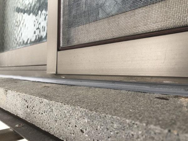 沖縄県那覇市Oアパート様のサッシ下部のコーキング打替え。