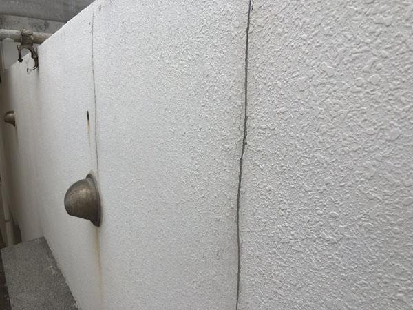 沖縄県那覇市Oアパート様のひび割れカット。