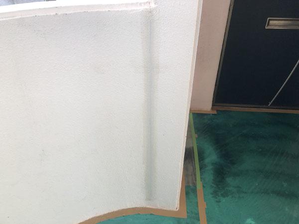 沖縄県那覇市Oアパート様のひび割れカット部プライマー塗布仕上げ、弾性パテ充填。