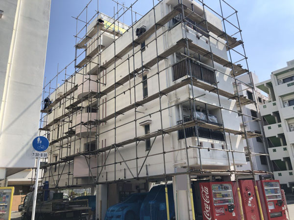沖縄県那覇市Oアパート様の足場組立・養生ネット・シート張り完了。