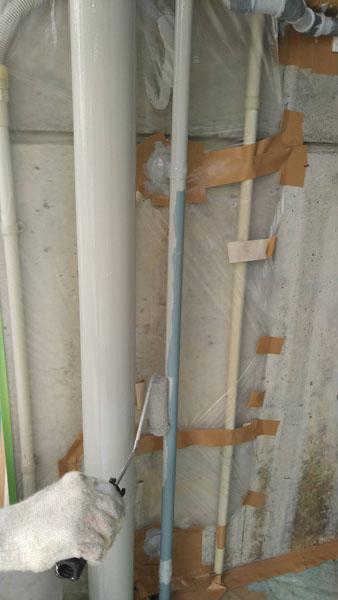 沖縄県うるま市Sアパート様の雨水パイプ・水道パイプ類から先に塗装。