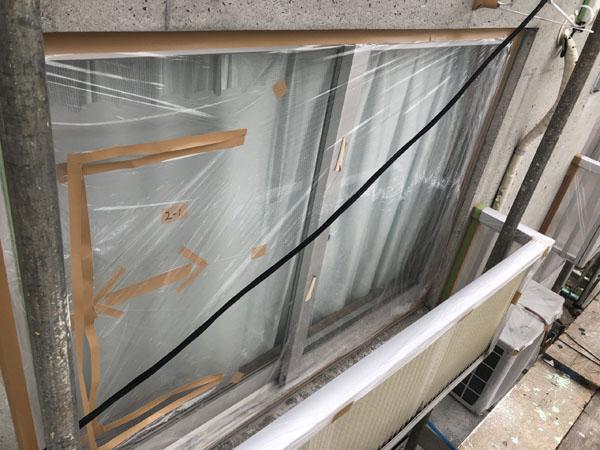 沖縄県うるま市Sアパート様の窓・サッシビニール養生、廊下階段土間養生完了。