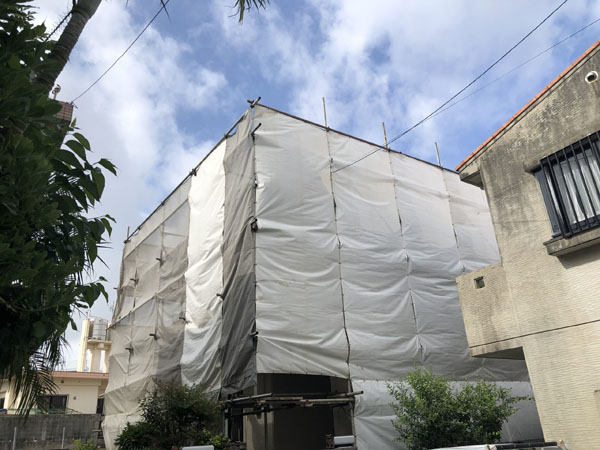 沖縄県宜野湾市M邸の足場組立・養生ネット・シート張り完了。
