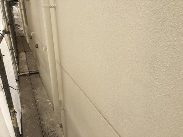沖縄県那覇市Oアパート様の外壁塗装・中塗り。