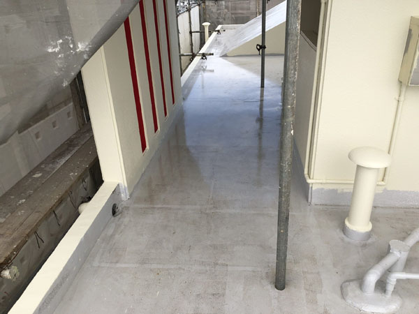 沖縄県那覇市Oアパート様の屋上塗替え用プライマー接着剤下塗り。
