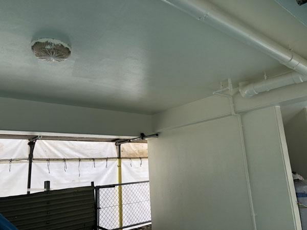 沖縄県那覇市Oアパート様の一階ピロティー駐車場内の塗装も完了。