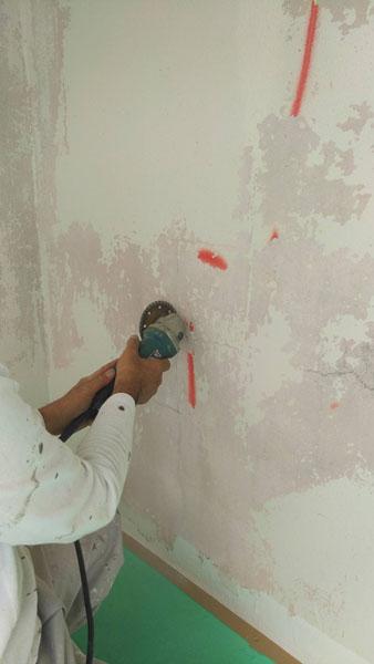 沖縄県那覇市T邸の壁面ひび割れカット。