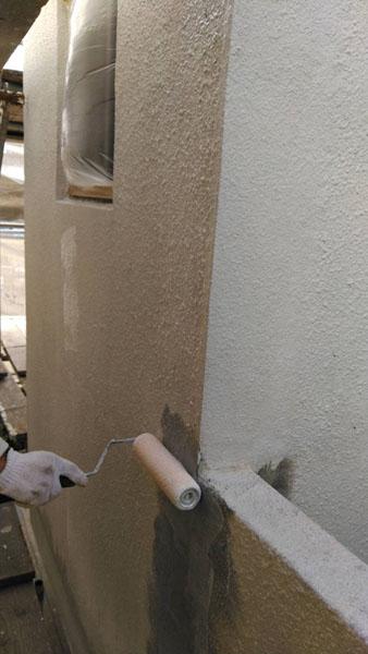 沖縄県那覇市T邸のシーラー接着剤下塗り。