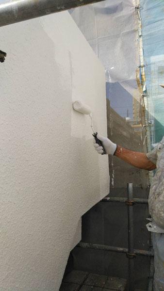 沖縄県那覇市T邸の外壁を中塗り塗装後、上塗り中!