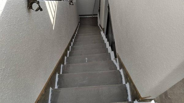 沖縄県那覇市T邸の屋上・庇・ベランダ、プライマー接着剤下塗り、入隅コーキング充填。