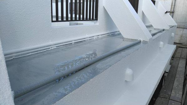 沖縄県那覇市T邸のウレタン塗膜防水一回目塗布。