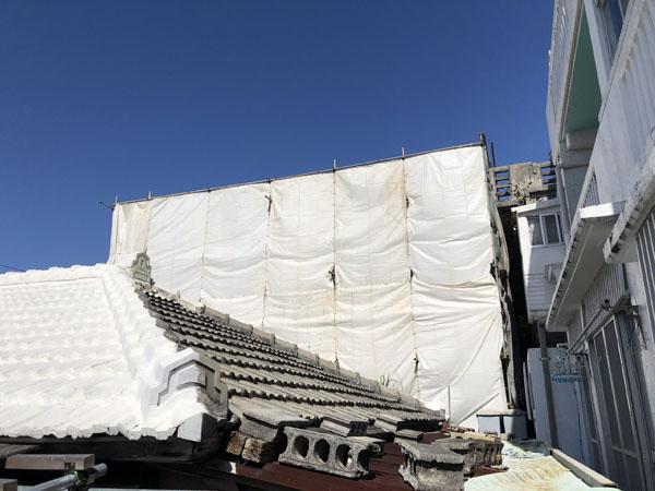 沖縄県那覇市T邸の足場組立・養生ネット・シート張り完了。