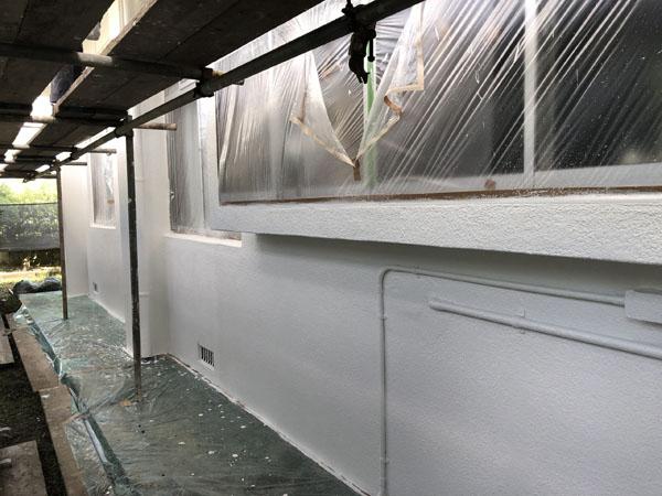 沖縄県南城市M邸の外壁塗装の中塗り・上塗り・だめこみ。