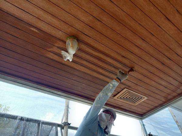 沖縄県南城市M邸の軒天・濡れ縁木部塗装。