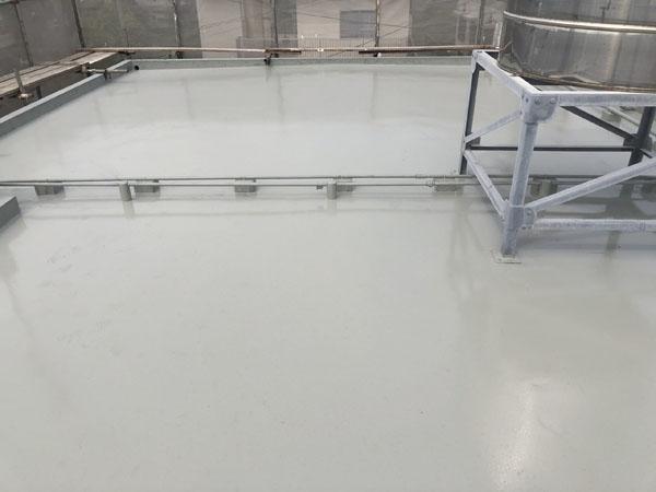 沖縄県うるま市Sアパート様の屋上ウレタン塗膜防水1回目塗布。
